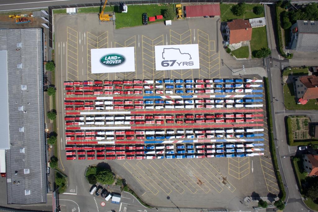 Ein grosser Teil der Landys wurden mit einer Plane bedeckt und formten so die Britsche und Schweizer Flagge. Mein Landy ist oben im ersten blauen Abschnitt zu finden. kurz hinter dem Hinterrad des 90er Bildes.